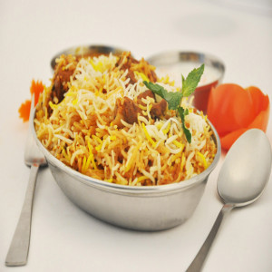 Rice with chicken pieces, lamb, prawns and vegetables cooked with saffron and curry img Mr. india house restaurant in Palma de Mallorca, spain Biryani imagen de plato hindú de restaurante Mr. India en Mallorca